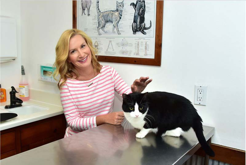 Celebrity cat-lover Angela Kinsey and Oreo.